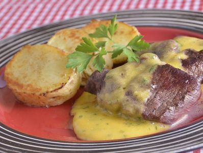 Receta | Lomo de venado con salsa bearnesa y patata París - canalcocina.es