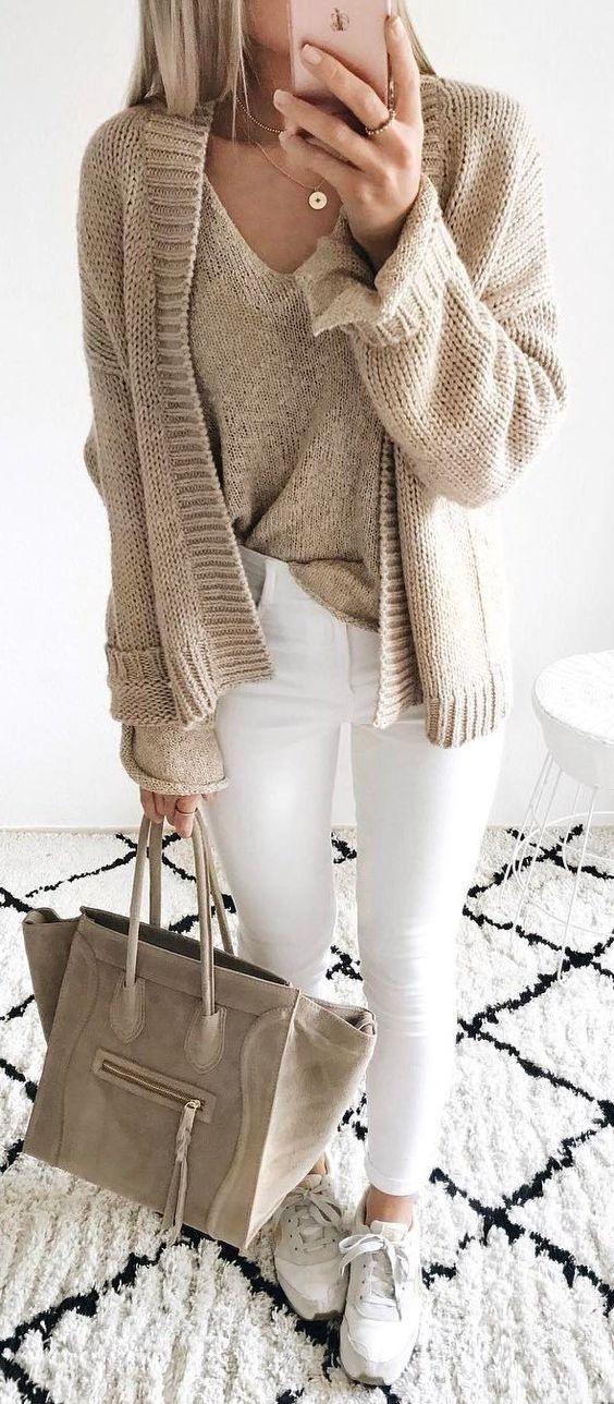 weiße und nackte Herbstinspiration / Strickjacke + Pullover + Tasche + Skinnies + Turnschuhe – Clothes Casual