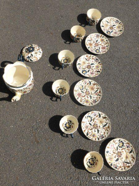 festett, mázas fehércserép,kanna:9 x 15 cm(6 db) csésze és alj: 5 x 15 cmjelzett: máz alatt kékkel bélyegzett Zsolnay Pécs pajzsos öttemplom márkajelzés, masszába nyomott Zsolnay PécsA teakiöntőjénél apró (0.5*0.5cm)hiba, ez a képen latszik, ettől eltekintve makulatlan készlet.