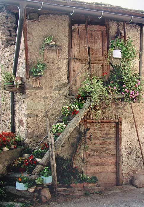 Link alla foto di una casa rustica nel centro storico della frazione di Vigalzano