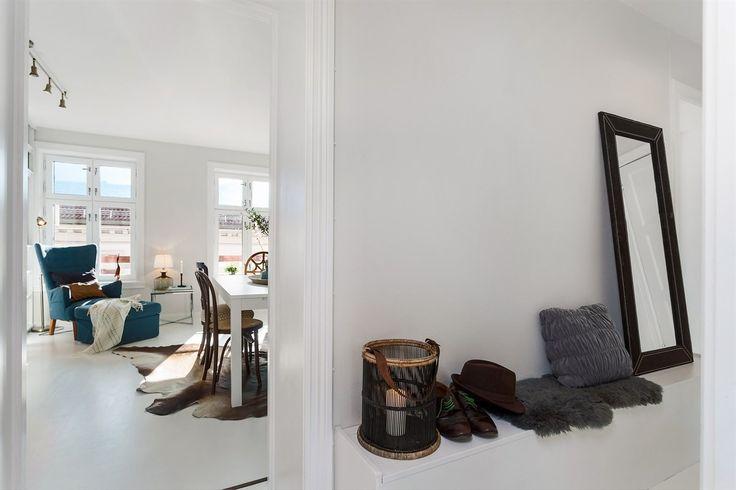 (1) FINN – Lys og gj.gående 3-roms m/peis og klassiske detaljer i velholdt gård. Sentral beliggenhet. Perfekt for utleie.