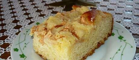Wykonanie ciasta jest bardzo proste i ma ogromną zaletę - nie wyrabia się ciasta :) Wszystkie składniki na ciasto wkładamy do miski w podanej kolejności: - rozkruszone drożdże, - cukier zwykły i cukier waniliowy, - olej, - mleko, - roztrzepane jajka, - przesianą mąkę. Nic nie mieszamy, nie wyrabiamy, przykrywamy