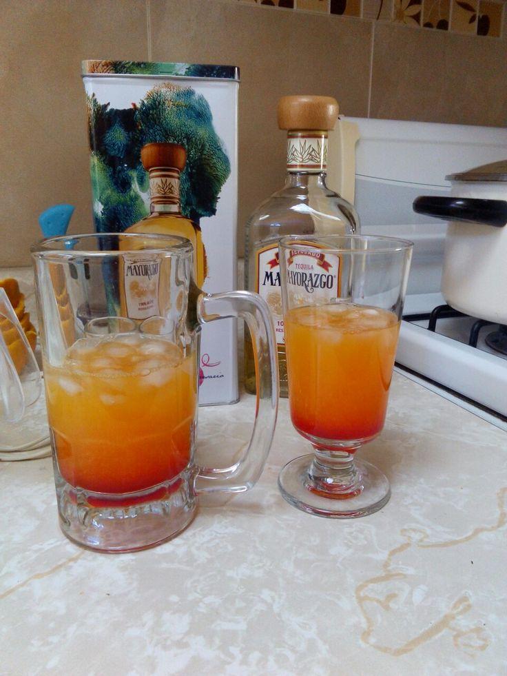 Tequila sunrise_ mezclar jugo de 2 naranjas, 1 caballito de tequila y 1 caballito de granadina; previamente poner hielos en la copa y vaciar la mezcla en el orden en que se enumeraron los ingredientes