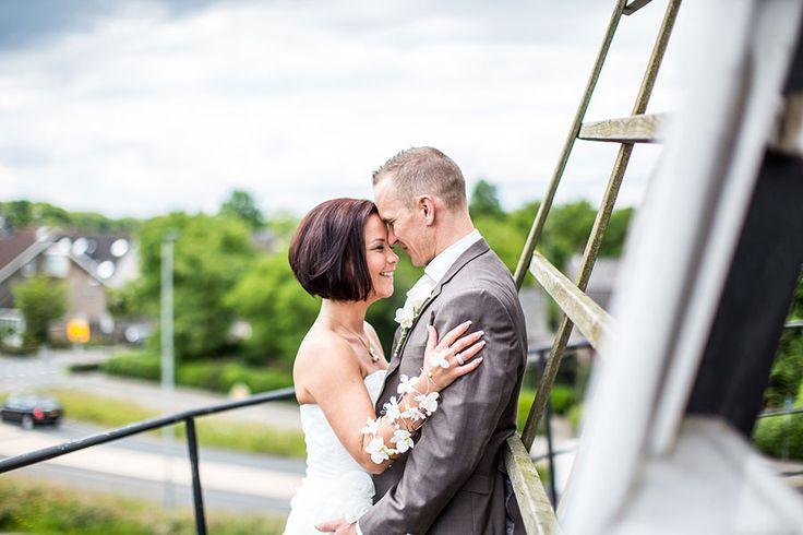 Bruidspaar op windmolen, Bruidsfotografie Tilburg, Bruidsreportage, Trouwfotograaf, Bruidsfotograaf | Dario Endara