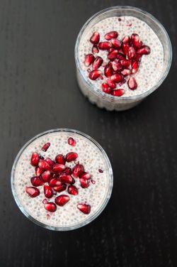 Rezept - Vanille Chia Pudding - 1 ½ Tassen (355ml) Mandelmilch, ¼ Tasse (50 g) Purewell BIO Chia Samen, 1 TL Vanille Extrakt, 1 TL Agavendicksaft. Alle Zutaten in einer Schüssel verrühren und in den Kühlschrank stellen. Im Laufe der nächsten halben Stunde beginnen die Purewell BIO Chia Samen aufzuquellen; daher den Pudding alle 10 Minuten durchrühren, um zu verhindern, dass sich Klümpchen bilden.Nach einer halben Stunde die Schüssel abdecken und für mind. 3 Stunden oder über Nacht kalt…