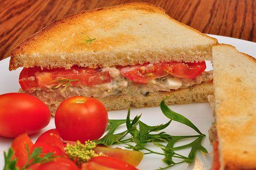 Receta de Sandwich de Atún Estilo Americano Un buensándwich de atún es una de las recetas más faciles y rápidas que puedes hacer cuando tienes prisa. Mi madre los hacía siempre cuando era niña y a...