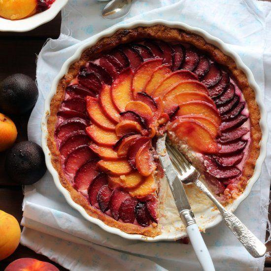 Peach and plum summer tart - with mascarpone and yogurt (in Spanish)