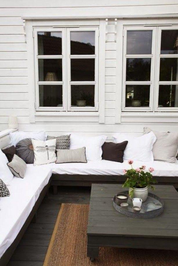 Mooie combinatie van bank, tafel en vloerkleed voor buiten