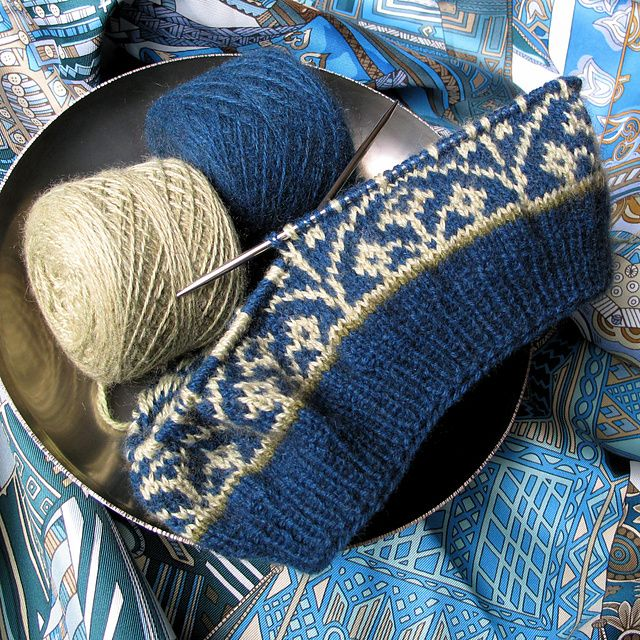 See Ravelry for this beautiful hat free pattern