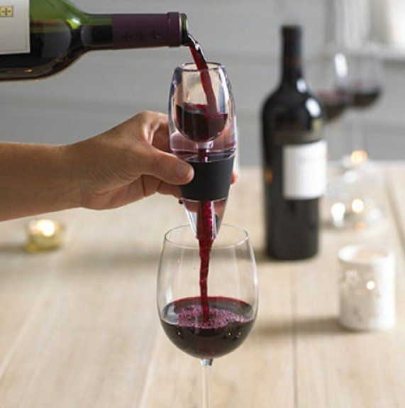 Elegantní skleněný dekantér skvěle okysličí víno, odstraní z něj zbytky korku a rozvine jeho aroma. Součástí je i podložka na zachycení kapek a sametové pouzdro. Nepostradatelný doplněk pro milovníky vína.