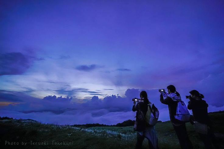 #ぐるくまファインダー カルストフォト参加者の写真です 竹國照顕さん予てから一度行ってみたかった四国カルストあいにくの濃い霧の中となりましたがそれはそれで非日常感の溢れる状況を愉しむことが出来ました張り付くような湿気霞む景色突然の雨そして願いが届いたかのような夕景と雲海どれも素晴らしく太平洋と四国山地の自然美の中に身をおくことが出来て幸せな時間でした星空だけは霧の中で輝きを写すことが出来ませんでしたまたおいでねと言われたような気がします次回を楽しみにする事が出来ました #四国カルスト #姫鶴平 #姫鶴平キャンプ場 #雲海 #トワイライト #愛媛 #久万高原 #ehime #kumakogen #久万高原の雲海 #setouchigram55 #写真好きな人と繋がりたい