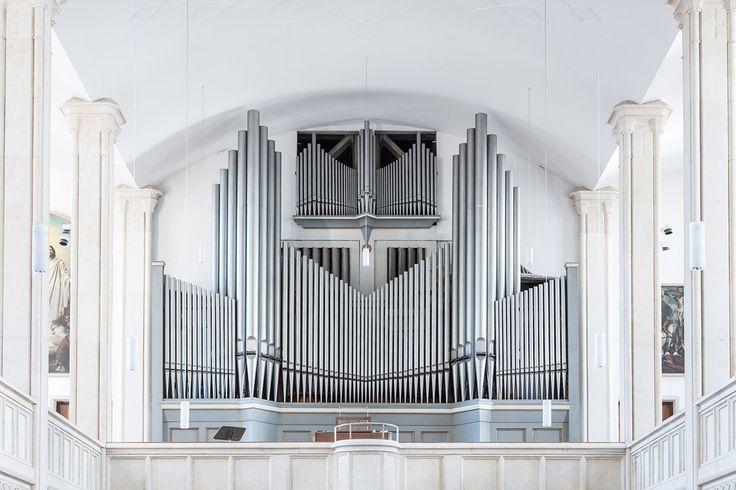 教会やコンサートホールに設えられたパイプオルガン。美しい音色もさることながら、何十本ものパイプが並ぶ巨大な姿は敬虔な気持ちさえ呼び起こす。パイプオルガンに魅了されたドイツの写真家、ロバート・ゴーツフリードはドイツ・バイエルン州を巡り、美しい