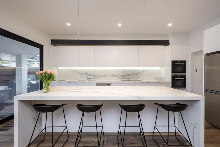 A blissful and easy to maintain Neolith Estatuario kitchen is perfect for this busy family . Photo by @rachellewisphotography  #cdkstone #neolith #neolithestatuario #estatuario #sinteredcompactsurface #extraordinarysurface #scratchresistant #stainresistant #heatresistant #coldresistant #resistanttouvfading #kitchendesign #kitcheninspiration #designinspiration