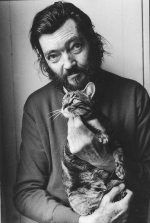 Centenario de Julio Cortázar, autor de la novela Rayuela. En la imagen, el escritor posa con su gato en 1982. / ULLA MONTAN