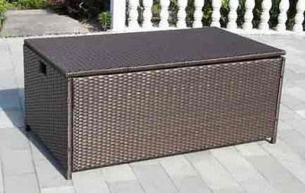 Man kann die Gartenpolster, Auflagen und Kissen auch stilvoll verstauen. Die Kissenbox aus Kunststoffgeflecht schützt die gute Stücke vor Wind und Wetter.