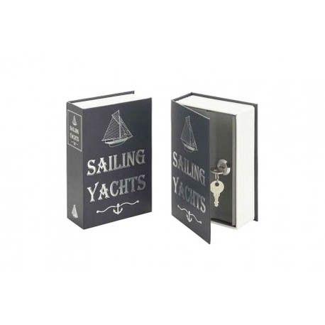 Pack de 2 unidades Libro-caja fuerte camuflada.Con la inscripción SAILING YATCHS en el dorso y dispuesto entre los libros de una biblioteca, es una excelente forma de esconder ahorros u objetos de valor. Las tapas son de cartón rígido. En el interior se encuentra una caja de metal compuesta de una cerradura y dos llaves.   Medidas:Alto:18.00xLargo:11.70xAncho:5.20cm.  Peso:0.54Kgs.