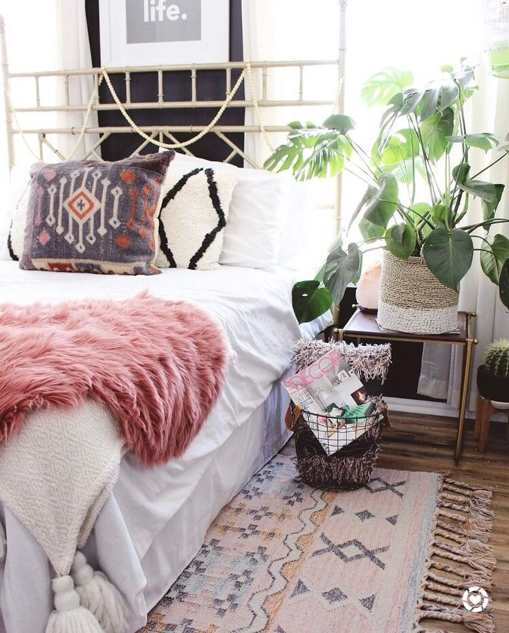 We love how our Boho Kilim Nagar Indoor Outdoor Rug looks in @goldalamode's chic space.