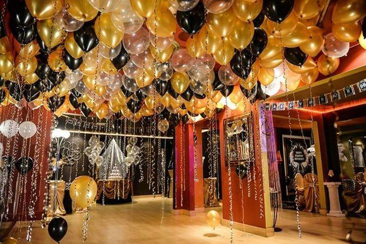 Idée décoration anniversaire avec des ballons en or et noir