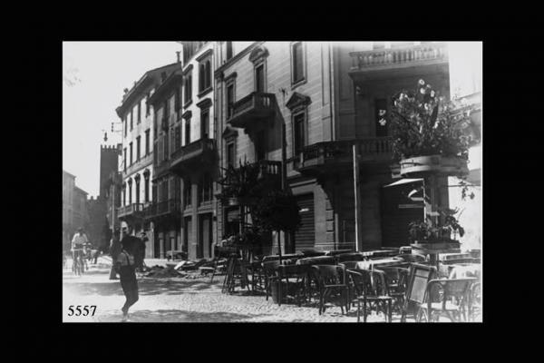 Cremona. Piazza Roma. Edifici e tavolini con poltroncine di un bar. (Torquato Zambelli 1920)
