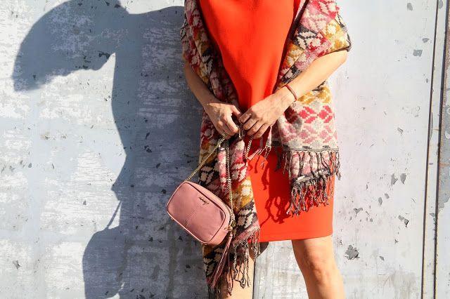 jesienna stylizacja, szal, pomarańczowa sukienka, stylizacja dnia, blog po 30-tce, etno szal, stylistka Poznań, łączenie kolorów, kolory