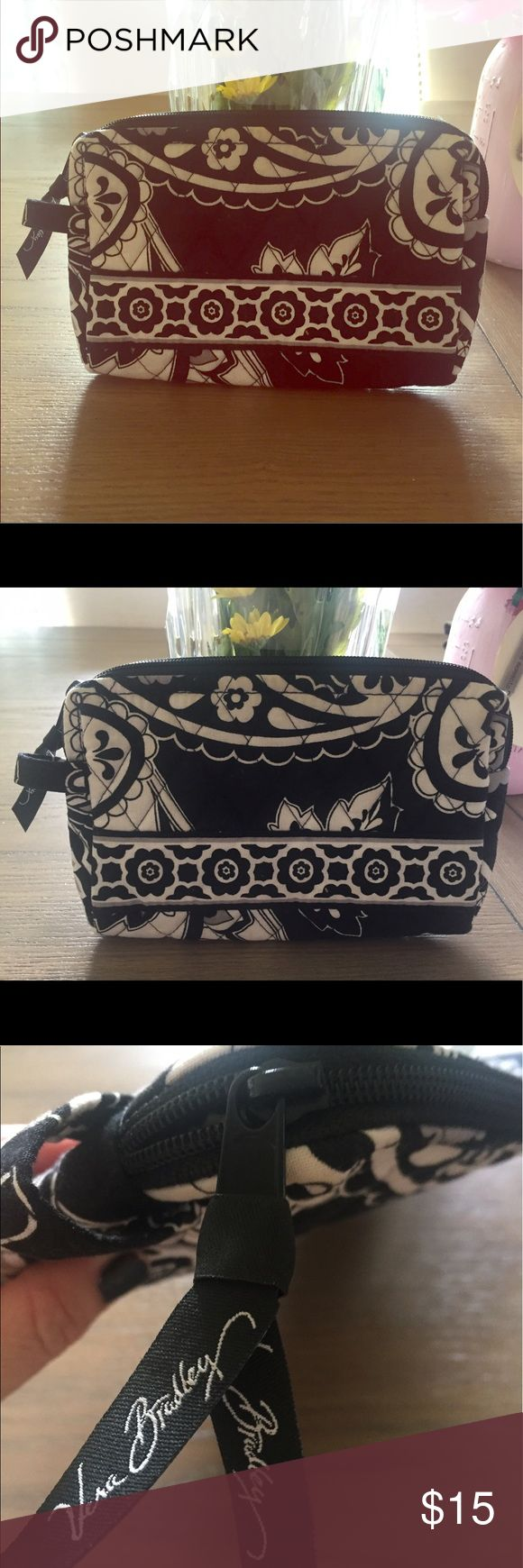 Vera Bradley Small Cosmetic Bag authentic🖤 Small Cosmetic Bag - black and white - never used - brand new! great for the beach or makeup. Dimensions are 7''x4'' x 1 1/4 '' -durable plastic liner- Vera Bradley Bags Mini Bags