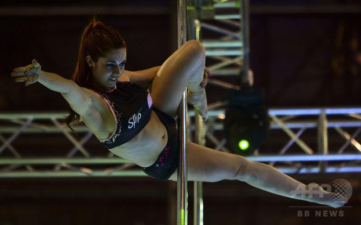 コロンビア・メデジンで開催中のフィットネスイベントで、ポールダンスを披露する女性(2016年2月19日撮影)。(c)AFP/RAUL ARBOLEDA ▼21Feb2016AFP|フィットネスとしてのポールダンス コロンビア http://www.afpbb.com/articles/-/3077723 #Pole_dance