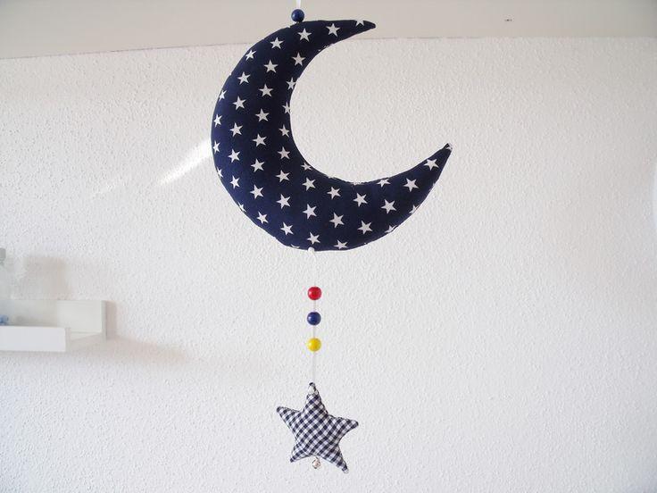 Süßer Mond mit Sternchen... ...wunderschön als kleines Mobile am Stubenwagen, Kinderbettchen, Wickeltisch... ...oder auch als Dekoration am Fenster. Der Mond und das Sternchen sind aus 2...