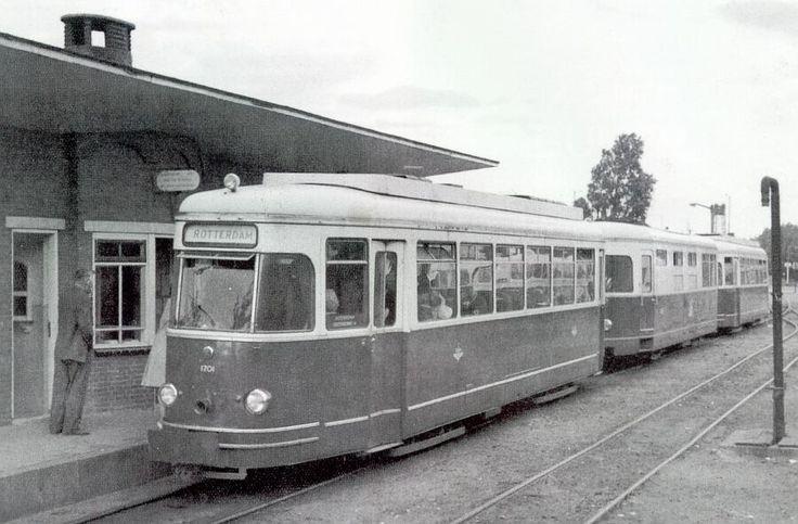 Het Sperwer-stel op station Spijkenisse, in 1965. De tram rijdt richting Rotterdam, van ons af. op de achtergrond de heftoren van de Spijkenisserbrug