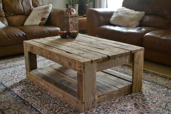 Esta mesa de estilo rústico, adecuada incluso para los salones con más nivel, está completamente realizada utilizando los palets, en concre...