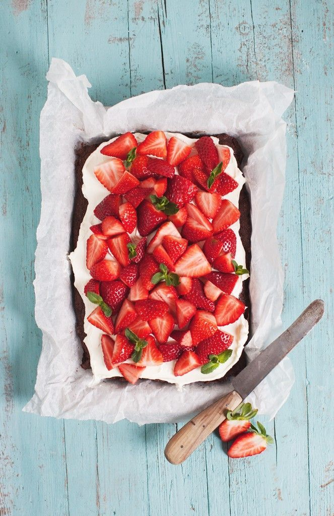 Chocolate strawberry brownie.  with mascarpone cream.  Image via: http://toertchenzeit.de/schokoerdbeerbrownie/