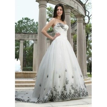 Vestido de noiva preto e brancoWedding Dressses, Gowns Dresses, White Wedding Dresses, Black Appliques, Black And White, Noiva Preto, White Weddings, Strapless White, Appliques Accent