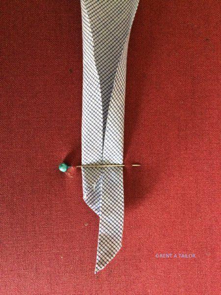 schnelle Variante ein Schrägband ohne Schrägbandformer herzustellen. Tutorial gesehen bei www.rentatailor.de