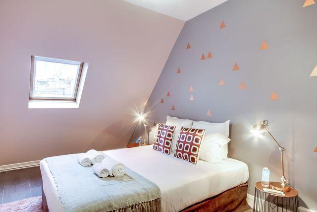 Table de chevet avec plateau en cuivre House Doctor, lampes Pomax, coussins Dutch Decor, parquet grisé