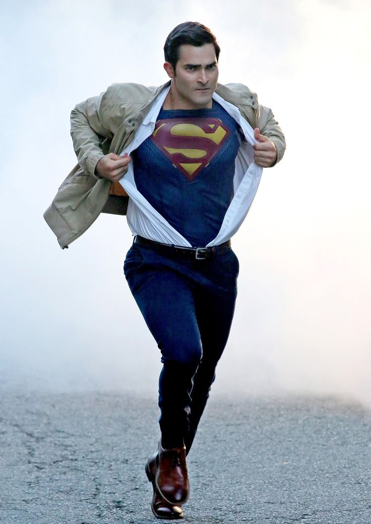 See Tyler Hoechlin Recreate An Iconic Moment As Clark Kent/Superman In These New SUPERGIRL Season 2 Set Pics