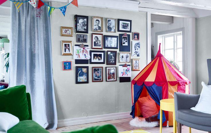 La vivace parete del soggiorno, decorata con le foto di famiglia e i disegni dei bambini, è stata realizzata da un interior designer di IKEA in tre semplici passaggi.