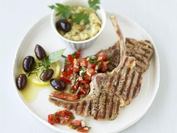 Gegrillte Lammkoteletts mit Tomaten und Oliven ist ein Rezept mit frischen Zutaten aus der Kategorie Lamm. Probieren Sie dieses und weitere Rezepte von EAT SMARTER!