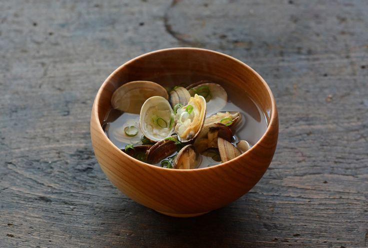 いちばん丁寧な和食レシピサイト、白ごはん.comの『あさりのお吸い物(汁物)』を紹介するレシピページです。あさりに少しの昆布を加えて、バランスのよいお吸い物を作ります。具材はあさりのみ。三つ葉や薬味ねぎを少しちらすくらいで十分な美味しさです!