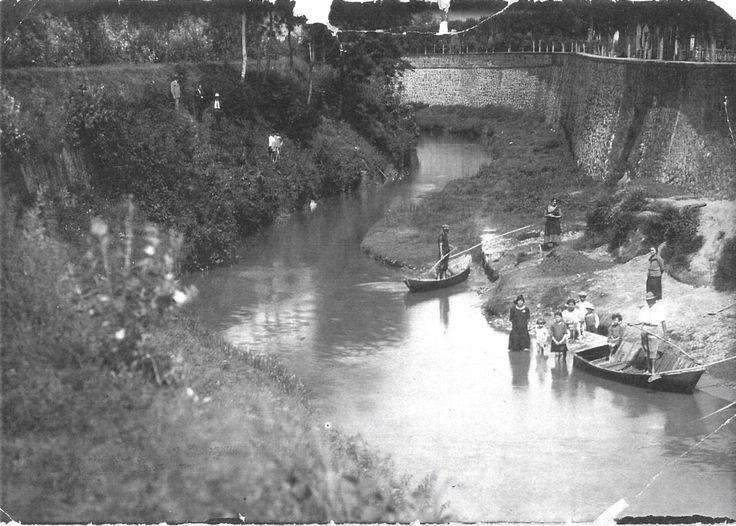 Due renaioli con mogli e figli sul fiume. Possiamo osservare un mucchio di rena sulla riva e gli strumenti per prelevarla dal fondale e depositarla sul greto. La foto è scattata dall'argine sud - 1925.