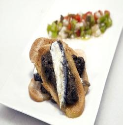 Milhojas de sardina atlantica y paté de aceituna negra.