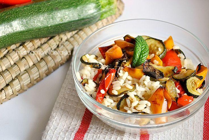 L'insalata di riso vegetariana è un piatto gustoso, sano e light. Un primo piatto leggero da portare al mare o per presentarsi in forma alla prova costume.