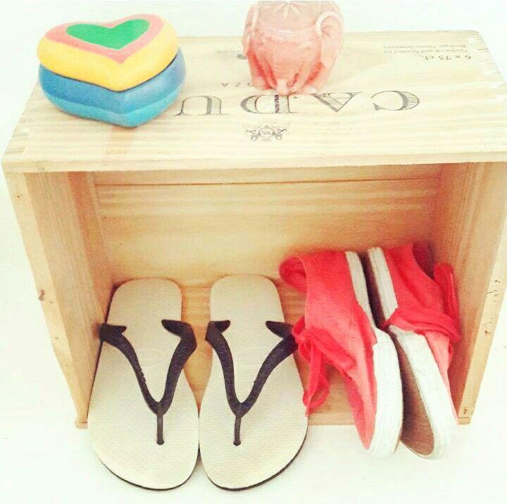 Ideia para guardar sapatos antes de entrar em casa (Caixote de Vinhos) Créditos Descomplicadas