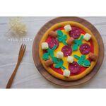 サラミとソーセージとポテトのフェルトピザ
