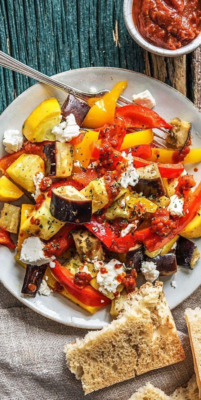 Step by Step Rezept: Rauchiges Ratatouille mit Hirtenkäse und Knoblauch-Bruschetta. 25 Minuten / Schnell / Veggie / Vegetarisch / Gesund / Essen / Ernährung / Französisch / Kochen / Kalorienarm / Low Carb / Kochbox / Scharf #hellofreshde #kochen #essen #zubereiten #zutaten #diy #rezept #kochbox #ernährung #lecker #gesund #veggie #vegetarisch #französisch #ratatouille #scharf