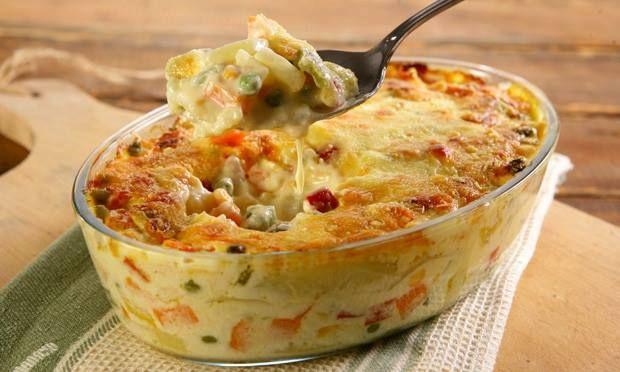 Ingredientes: 500 g de batata sem casca em rodelas finas; 2 cenouras sem casca cortadas em cubinhos; Sal a gosto; 1 caixa