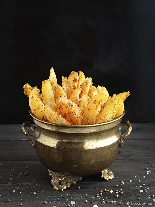 Простой рецепт приготовления картофельных долек, запеченных с горчицей.