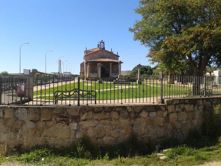 Ermita de San Antonio, a las afueras, en dirección al embalse de Montehermoso y  Aceituna.