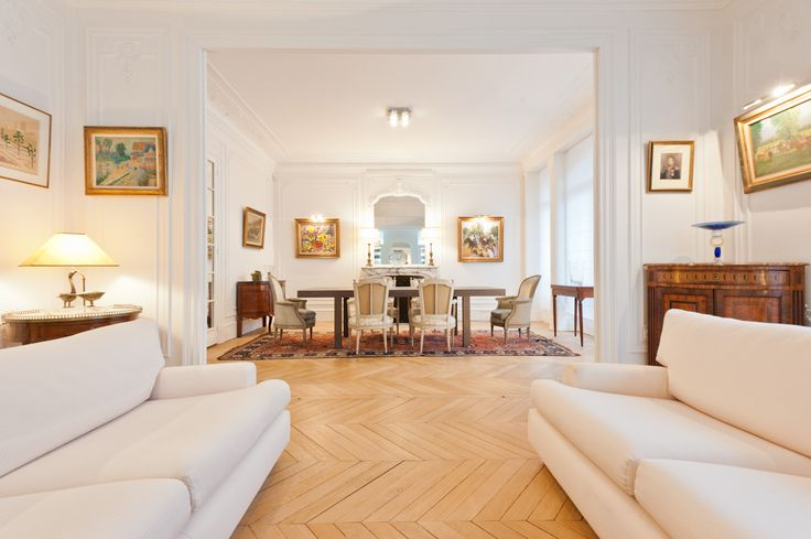 salon d 39 un appartement haussmannien deux canap s blancs