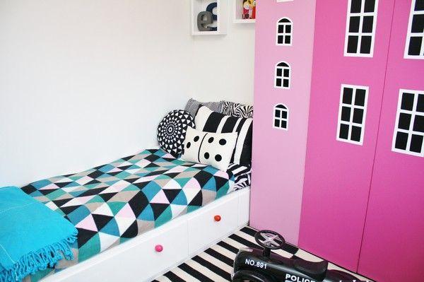 DIY billy skap fra Ikea + seng med fargerike knotter