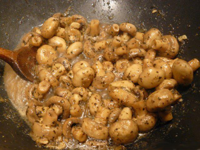Das perfekte Weihnachtsmarkt Champignons-Rezept mit Bild und einfacher Schritt-für-Schritt-Anleitung: Die Champignons putzen. Die Zwiebel schälen und fein…