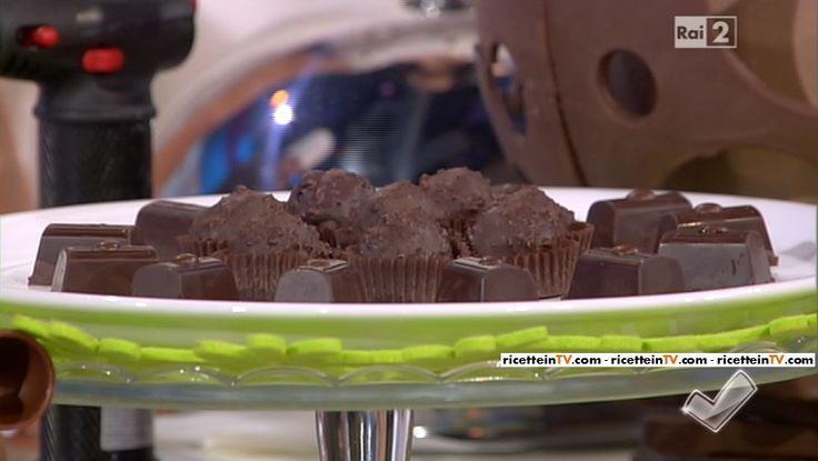 """""""Detto Fatto"""": la ricetta dei cioccolatini al caffè e dei cioccolatini alla crema di latte di Mirco Della Vecchia del 22 marzo 2016."""
